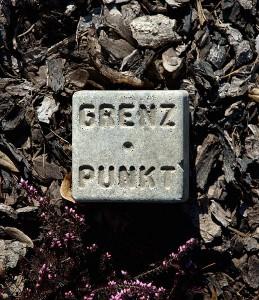 Neuer Grenzstein aus Kunststoff - Bild: Wikipedia