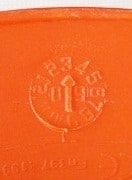 Im Schirm des Forsthelms befindet sich ein Stempel, der den Herstellungsmonat anzeigt; dieser Forstschutzhelm wurde im März 2009 produziert - Bild: Wald-Prinz.de