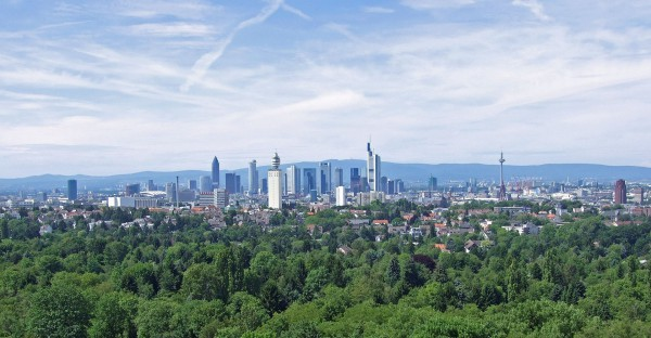 Der Frankfurter Stadtwald grenzt südlich an die städtische Bebauung Frankfurts an. Im Vordergrund ein Teil des Oberwaldes, Ansicht von Süden - Bild: Wikipedia