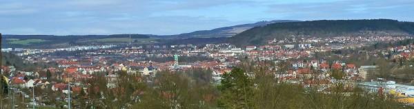 Panorama der Stadt Meiningen, rechts im Hintergrund der Berg Dolmar - Bild: Wikipedia